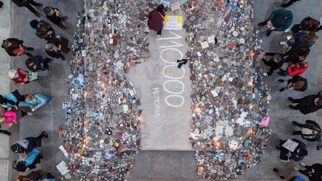 """16 August 2021, Argentina, Buenos Aires: An aerial view shows people standing around of stones that were left at the Plaza de Mayo during a """"March of the stones"""" to pay tribute to the victims of Covid-19. The march seeks to represent with a rock each one"""