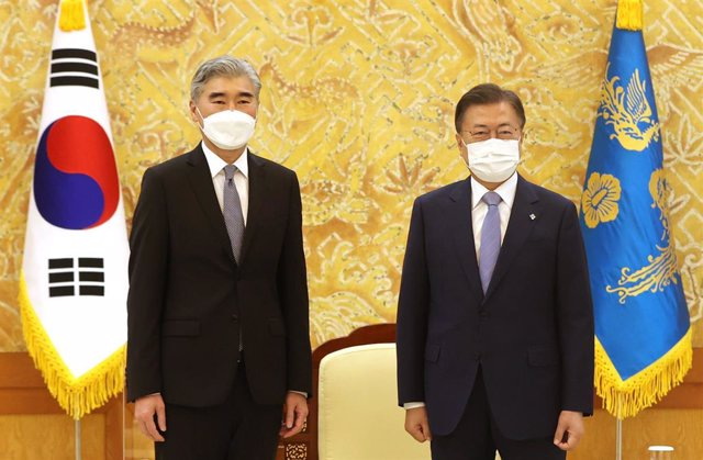 Archivo - 22 June 2021, South Korea, Seoul: South Korean President Moon Jae-in (R) poses for a photo with Sung Kim, US special envoy for North Korea, prior to their talks at the presidential office Cheong Wa Dae in Seoul. Photo: -/YNA/dpa