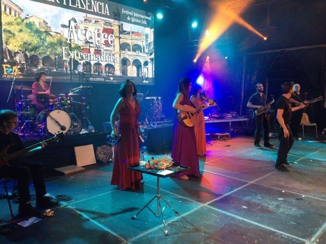 El grupo Acetre en el escenario del Festival Folk de Plasencia.
