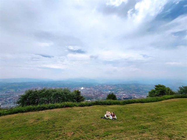 Archivo - Gente pasando el día de Martes de Campo en el Monte Naranco de Oviedo, en el año en que no ha habido celebración oficial de la festividad local por la pandemia del coronavirus.
