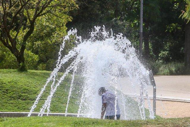 Un niño se moja en una fuente en el parque de Madrid Río, a 11 de agosto de 2021, en Madrid (España).