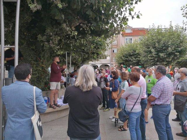 Concentración informativa frente al consistorio de Bueu (Pontevedra) para informar sobre la situación del marinero buenense Pablo Costas y otros 32 marineros.