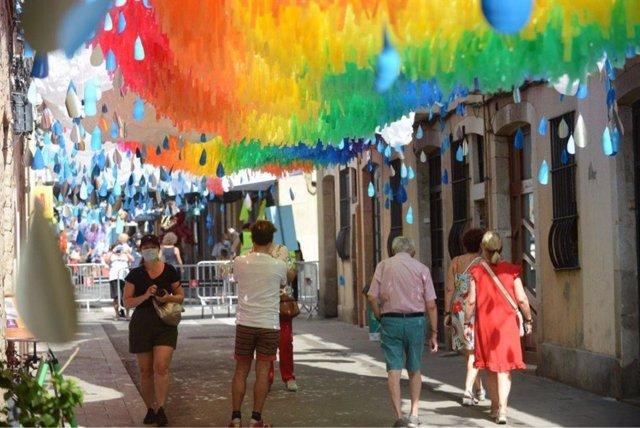 Una dels carrers amb decoració aèria a la festa major de Gràcia, a Barcelona.