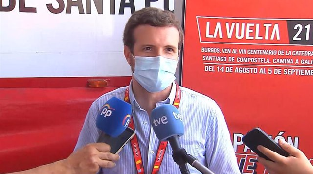 El presidente del PP, Pablo Casado, asiste este sábado en Santa Pola (Alicante) a la salida de la octava etapa de la Vuelta Ciclista a España