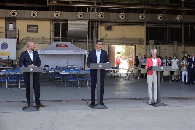 (I-D) El president del Consell Europeu, Charles Michel; el president del Govern, Pedro Sánchez, i la presidenta de la Comissió Europea, Ursula von der Leyen, en roda de premsa en la seva visita al dispositiu acollida d'afganesos a Torrejón d'Ardoz