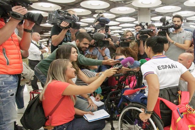Los medios de comunicación entrevistando a la nadadora Teresa Perales