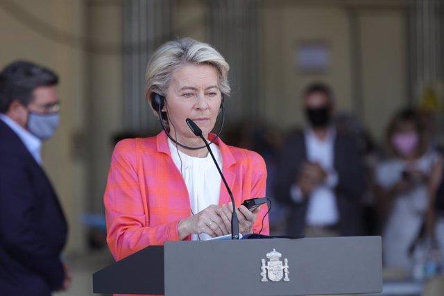 La presidenta de la Comisión Europea, Ursula von der Leyen, durante una rueda de prensa en su visita al dispositivo de atención y acogida de ciudadanos europeos y colaboradores afganos instalado en la base aérea de Torrejón de Ardoz, a 21 de agosto de 202