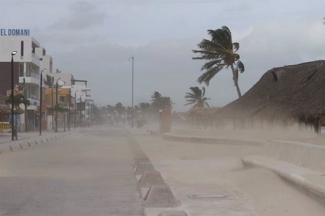 19 August 2021, Mexico, Yucatan: Winds accelerated by Hurricane Grace blow over a sandy beach on Mexico's Yucatan Peninsula. The storm, with winds of 130 kilometres per hour, has caused widespread power outages on the peninsula, which is popular with vaca