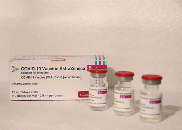 Archivo - Varios viales de la vacuna de AstraZeneca contra el Covid-19, a 7 de mayo de 2021, en Madrid (España). Según datos del Ministerio de Sanidad, en la Comunidad de Madrid se han administrado un total de 2.411.19 dosis de las vacunas de Pfizer, Mode