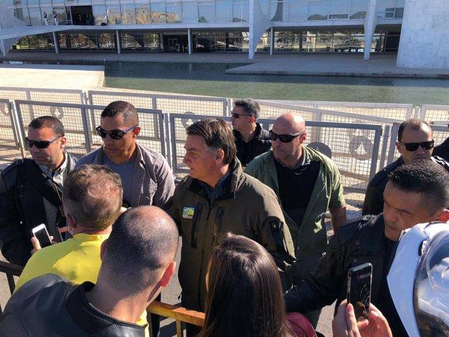 El presidente de Brasil, Jair Bolsonaro, junto a un grupo de seguidores
