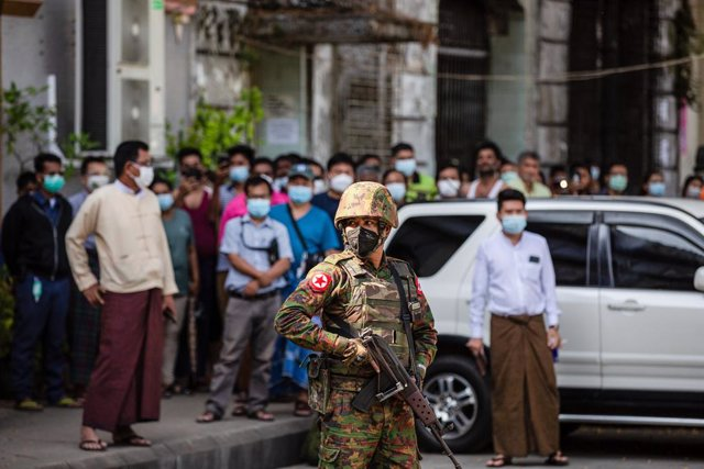 Archivo - 02 February 2021, Myanmar, Yangon: A soldier stands guard outside an Hindu temple. Myanmar's military seized power on Monday and detained government officials including de facto leader Aung San Suu Kyi and imposed a one-year state of emergency.
