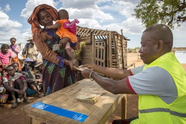 Archivo - Reparto de ayuda del PMA en Madagascar