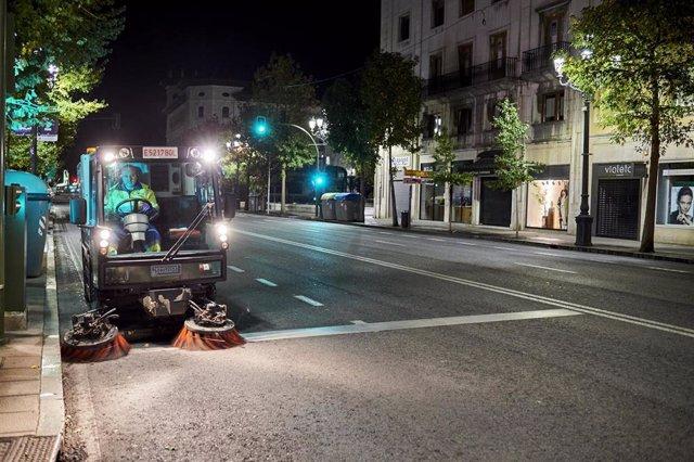 Archivo - Un trabajador de la limpieza circula con su vehículo de trabajo por la calle.