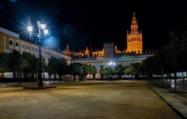 Archivo - El Patio de Banderas con la Giralda y la Catedral al fondo, foto de recurso