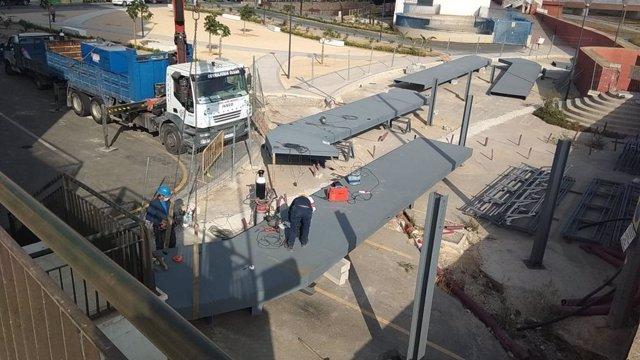 Imágenes de la instalación de la pasarela peatonal del barrio lorquino de Santa Clara
