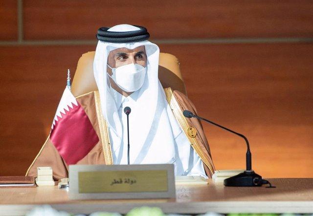 Archivo - El emir de Qatar, Tamim bin Hamad bin Jalifa al Zani, durante una cumbre del Consejo de Cooperación para los Estados Árabes del Golfo (CCG) en Arabia Saudí