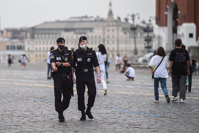 Archivo - Policías con mascarilla patrullan la Plaza Roja de Moscú