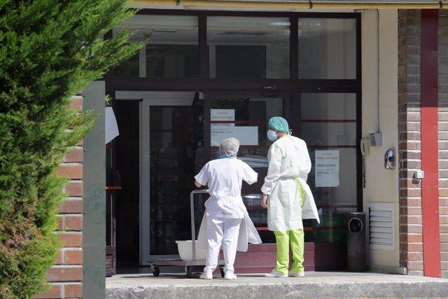 Dos trabajadores conversan en la puerta de la residencia de Las Gándaras, la mayor de Lugo, después de contabilizar un total de 49 positivos, a 17 de agosto de 2021