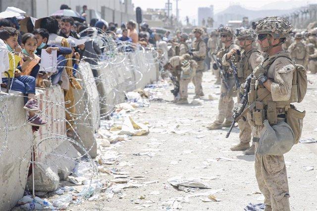 Militars nord-americans custodiant l'aeroport de Kabul durant l'evacuació després de la presa de la capital pels talibà