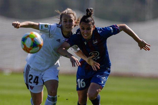 Archivo - María Partoles y Thais Jucinaras pelean por un balón en un CD Tacón-Levante UD