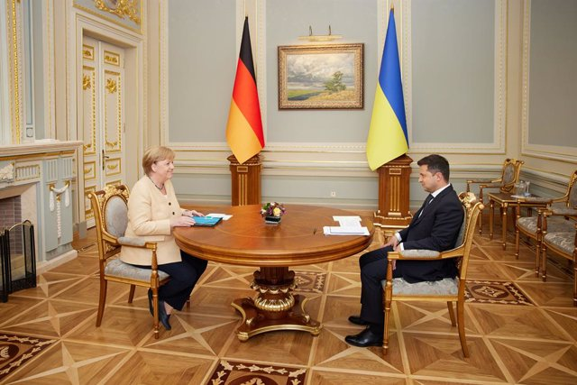 HANDOUT - 22 August 2021, Ukraine, Kiev: Ukrainian President Volodymyr Zelensky speaks with German Chancellor Angela Merkel during their meeting at the Mariyinsky Palace. Photo: -/Ukrainian Presidency /dpa - ATTENTION: editorial use only and only if the c