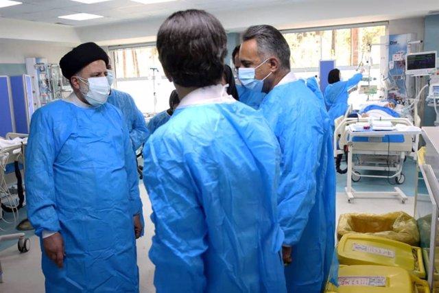 El presidente de Irán, Ebrahim Raisi (a la izquierda), visita un hospital en Irán