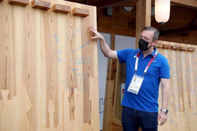 Andrew Parsons, president del CPI, examina un dels murals de la Vila Paralímpica