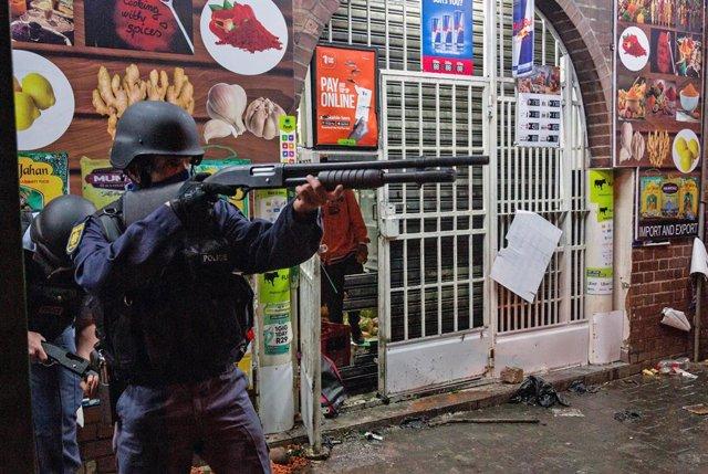 Archivo - Un policía de Sudáfrica durante los disturbios en Johanesburgo en el marco de las protestas para exigir la liberación del expresidente Jacob Zuma