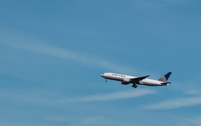 Archivo - FILED - 11 September 2018, Hessen, Frankfurt_Main: An aircraft of the USA's United Airlines approaching Frankfurt Airport. United Airlines said on Friday it plans to resume 25 international routes fromSeptember, bringing its total capacity to 3
