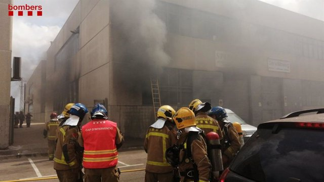 Bombers treballen en un incendi en una nau a Sant Feliu de Llobregat (Barcelona)