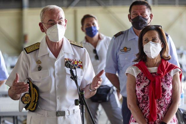 La ministra de Defensa, Margarita Robles, y el almirante general Teodoro López Calderón durante una visita a la Base Aérea de Torrejón de Ardoz, a 22 de agosto de 2021, en Torrejón de Ardoz, Madrid (España).