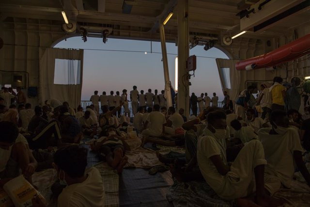 Migrantes rescatados a bordo del buque 'Geo Barents'