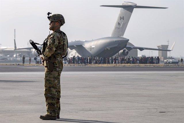 Un militar durante la evacuación en el aeropuerto de Kabul