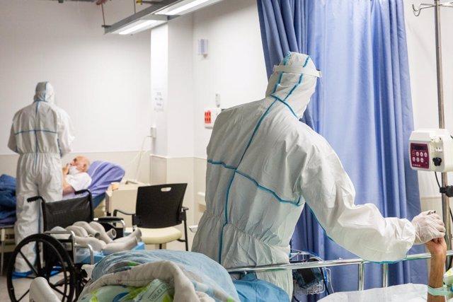 Trabajadores sanitarios con pacientes de COVID-19 en Israel