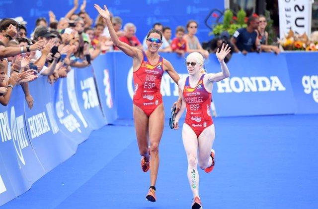 Archivo - La triatleta paralímpica Susana Rodríguez, junto a su guía Paula García.