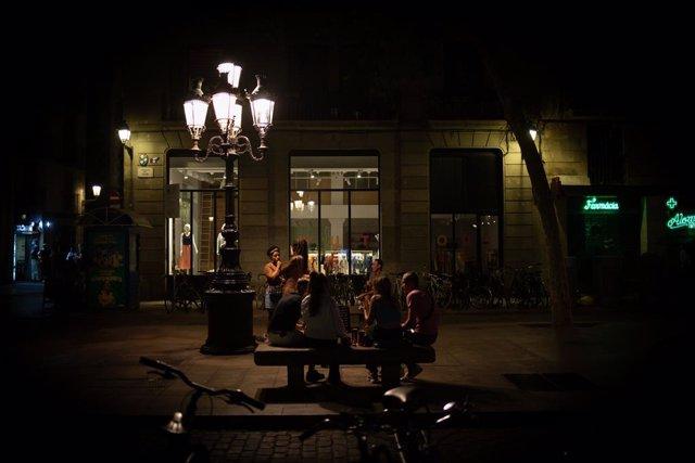 Diverses persones a la nit a Barcelona (Arxiu)