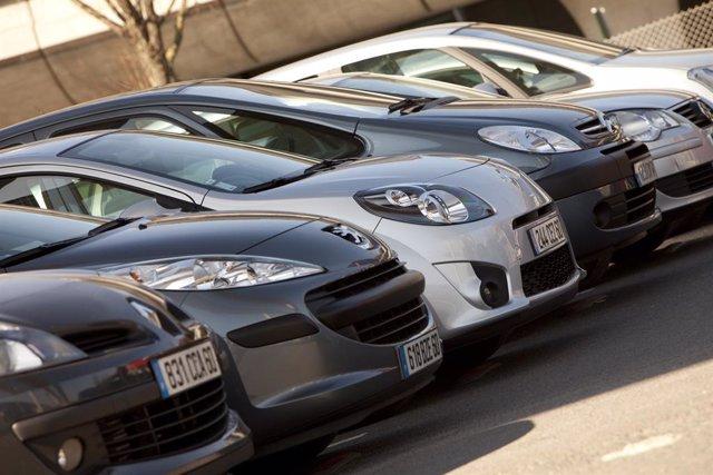 Archivo - Vehículos aparcados.