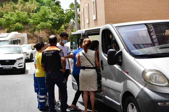 Trabajadores ayudan a tres de los menores marroquíes a las puertas del juzgado tras presentar una denuncia
