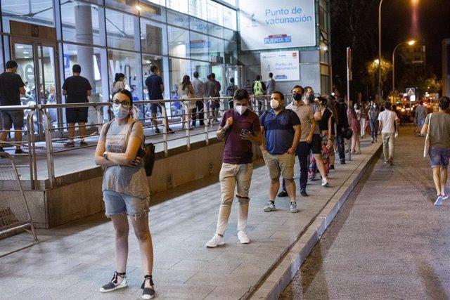 Archivo - Fila de personas que esperan para recibir una dosis de la vacuna de Pfizer en el Wizink Center durante la primera noche en la que el recinto está abierto a la vacunación, a 1 de julio de 2021, en Madrid (España). El centro de vacunación masiva d