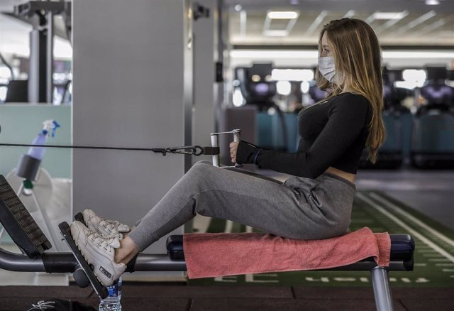 Archivo - Una mujer realiza deporte en las instalaciones de un gimnasio.