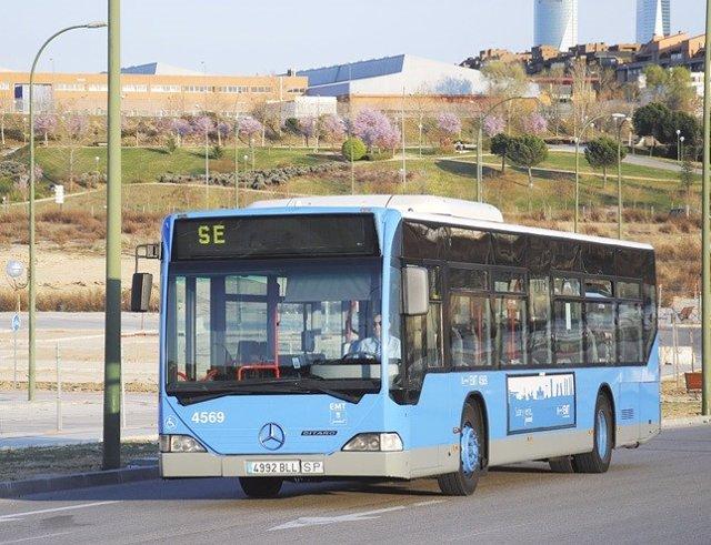 Archivo - Imagen de archivo de un autobús de servicio especial de la EMT