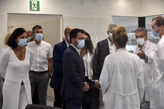 El president de la Generalitat, Pere Aragonès (c), i el conseller de Salut, Josep Maria Argimon (d), durant una visita a l'Hospital Moisès Broggi.
