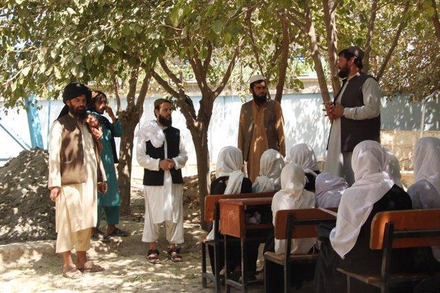 Estudiantes reciben clase en la provincia de Kunduz, Afganistán
