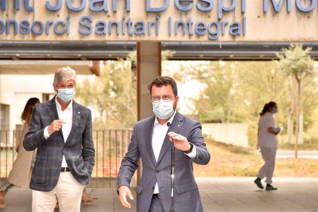 El president de la Generalitat, Pere Aragonès, en roda de premsa al costat del conseller de Salut, Josep Maria Argimon, davant l'Hospital Moisès Broggi.