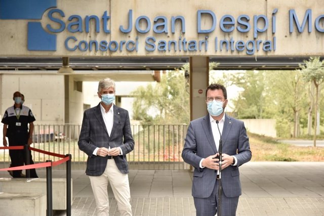 El president de la Generalitat, Pere Aragonès, i el conseller de Salut, Josep Maria Argimon, en roda de premsa a l'Hospital Moisès Broggi.