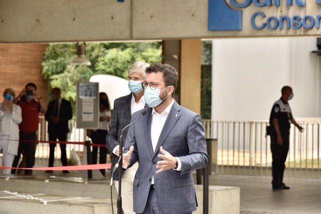 El president de la Generalitat, Pere Aragonès, en roda de premsa davant l'Hospital Moisès Broggi.