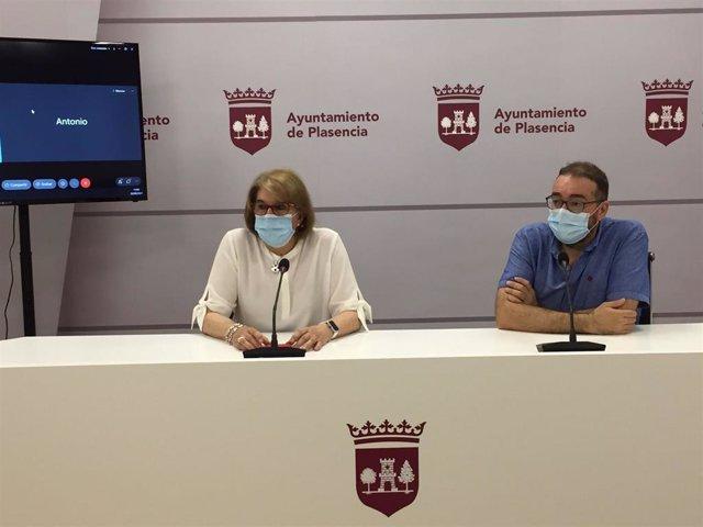 La concejala de Cultura del Ayuntamiento de Plasencia, María Luisa Bermejo, y el técnico de Cultura Juan Ramón Santos, en rueda de prensa para hacer balance del Festival Folk 2021