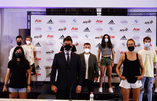 David Aganzo, President of AFE, poses for photo with the Rayo Vallecano Femenino players during the press conference of the Association of Spanish Footballers (AFE) denouncing the non-inclusion of Rayo Vallecano players in Social Security as professionals