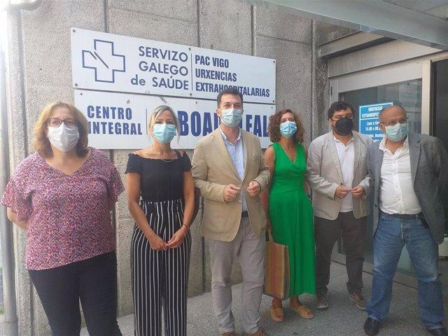 El secretario xeral del PSdeG, Gonzalo Caballero, a las puertas del PAC de la calle Pizarro de Vigo, junto a parlamentarios y otros cargos del partido.