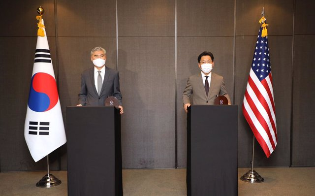 23 August 2021, South Korea, Seoul: South Korea's chief nuclear envoy, Noh Kyu-duk (R), and his US counterpart, Sung Kim, announce the outcomes of their talks at a hotel in Seoul. Photo: -/yonhap/dpa